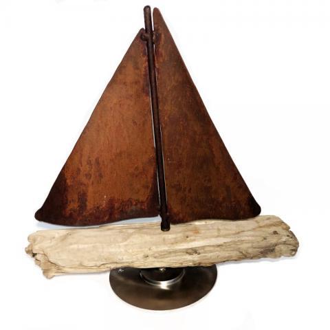 Segelboot auf Treibholz